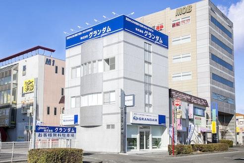 株式会社グランダム 群馬県 太田市 青い看板の社屋